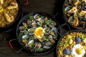 Paella with clams and roe